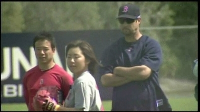 Tim Wakefield Offers Pitching Advice to 18-Year-Old Female Knuckleballer Eri Yoshiba