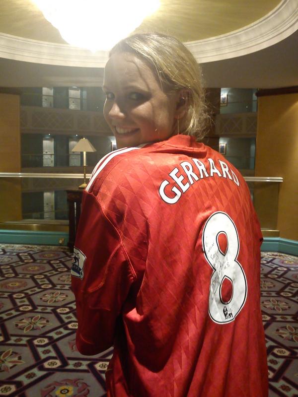 Caroline Wozniacki Sports Signed Steven Gerrard Liverpool Jersey (Photo)