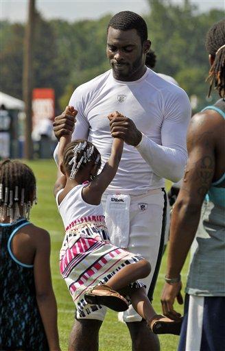 Michael Vick's Daughters Wear Quarterback's Helmet After Eagles Practice (Photos)