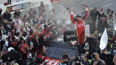 Tony Stewart Surges Into Championship Contention With Win, Says Points Leader Carl Edwards 'Better Be Worried'