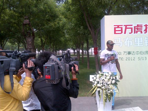 Stephon Marbury Statue Unveiled in China, Dennis Rodman on Hand to Make Dedication (Photos)
