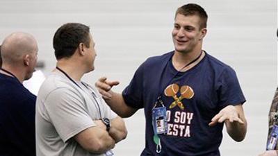 Rob Gronkowski Wears 'Yo Soy Fiesta' Shirt to Patriots' Walkthrough
