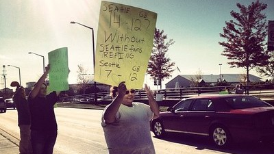 Packers Fans Protest Outside Lambeau Field in Wake of Controversial Loss to Seahawks