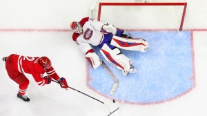 Canadiens Goalie, Mass. Native Mike Condon Makes Behind-The-Back Save (Video)