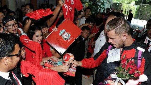 Jordan Henderson, LFC arrive in Bangkok for 2015 tour