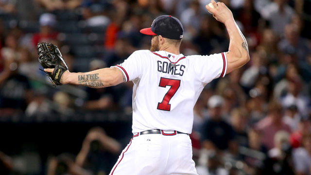 Braves outfielder Jonny Gomes pitches