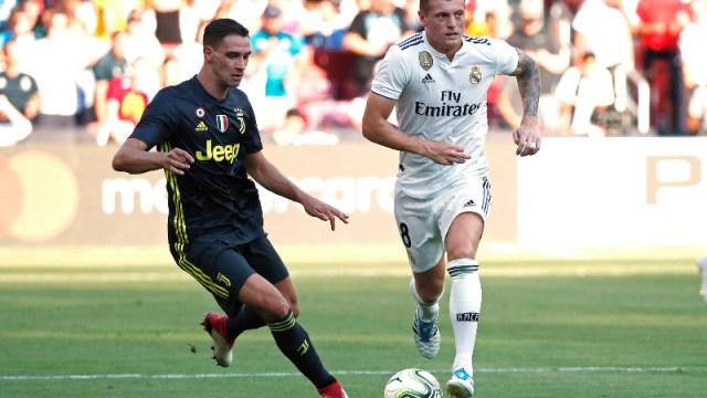Real Madrid's Toni Kroos (right) and Juventus' Mattia De Sciglio