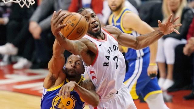 Toronto Raptors forward Kawhi Leonard (2) and Golden State Warriors guard Andre Iguodala (9)