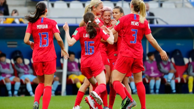 United States midfielder Lindsey Horan (9) and teammates