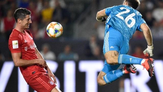 Bayern Munich forward Robert Lewandowski (left) and former Arsenal goalkeeper Emiliano Martinez (26)