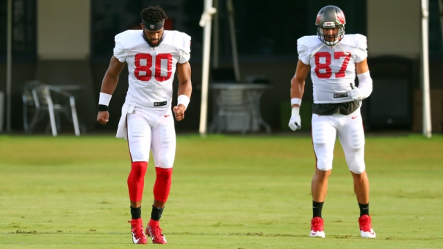 Tampa Bay Buccaneers tight ends O.J. Howard, Rob Gronkowski